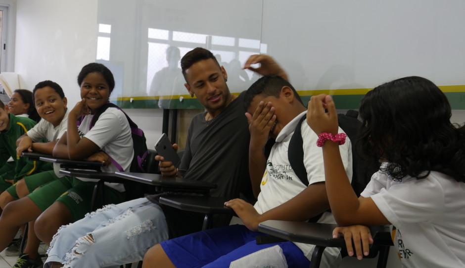 No Brasil, Neymar visita Instituto Neymar Jr ao lado de Lais Souza ...
