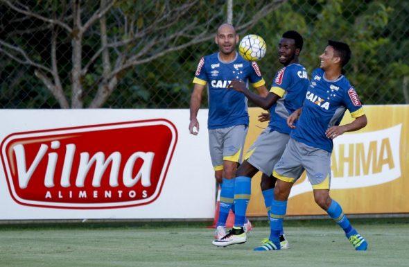 Mayke e Henrique, jogadores do Cruzeiro, estão fora da partida contra o Vitória