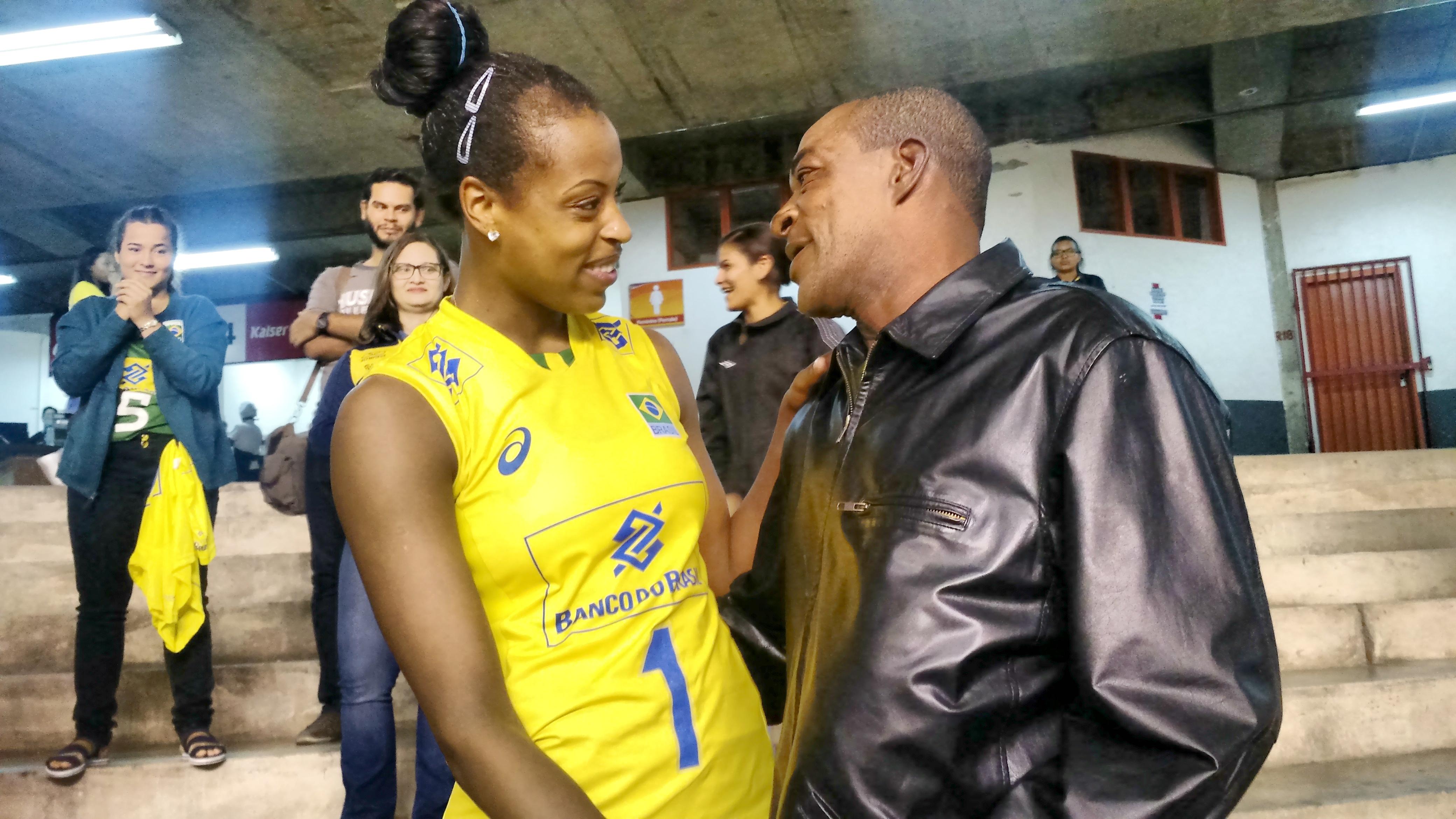 """Pai de jogadora da seleção de vôlei viaja 270 km para ver filha jogar pela primeira vez: """"Explodindo de alegria"""""""