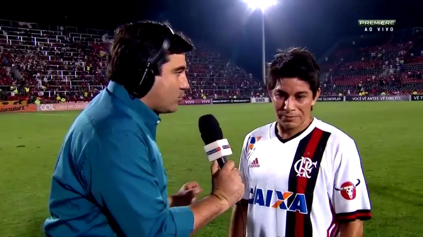 Torcedores reclamaram do desânimo de Conca em entrevista na saída do campo após estreia pelo Flamengo (Foto: Reprodução/Premiere)