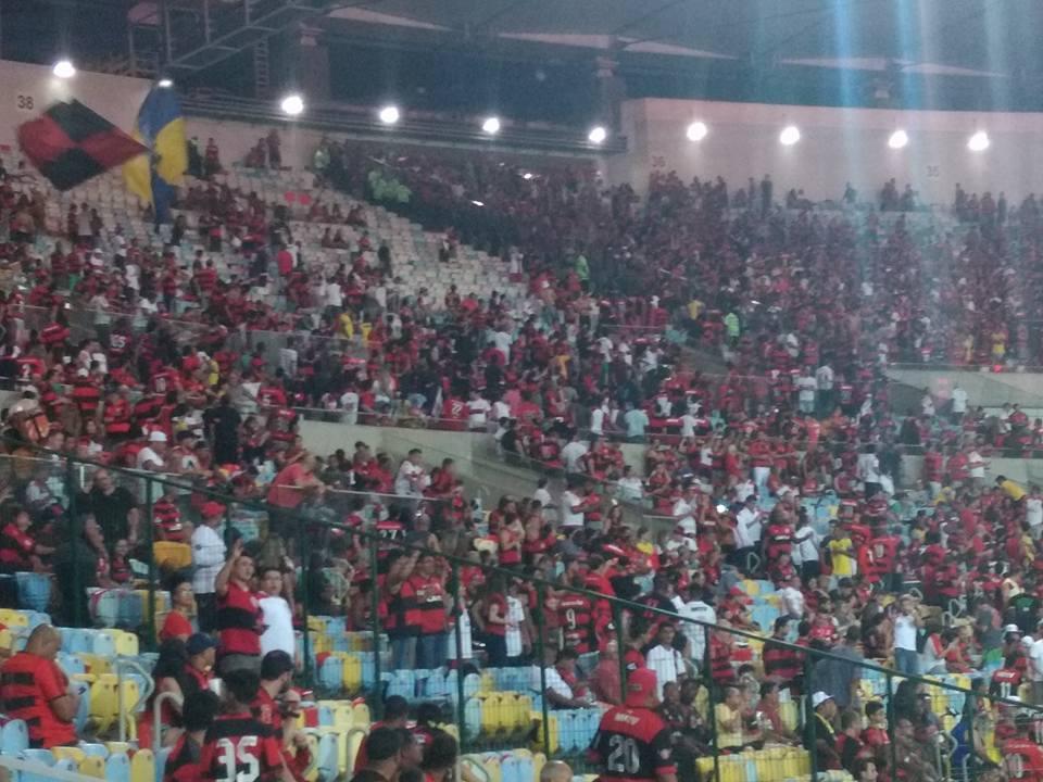 Torcedores do Flamengo tentam invadir setores