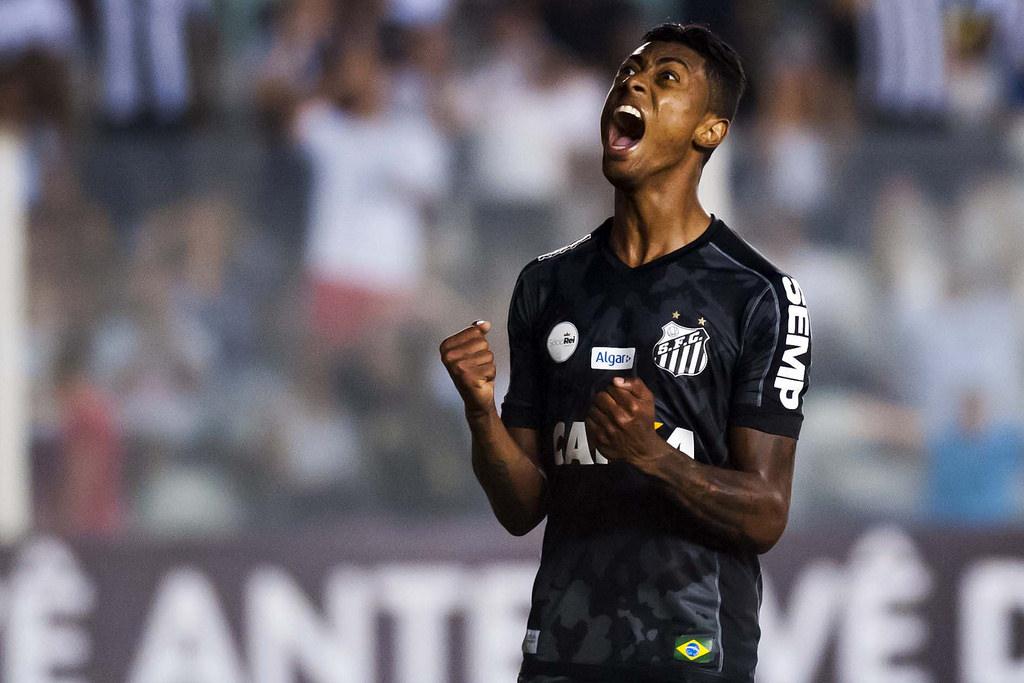 """""""Zerado"""" em clássicos pelo Santos, Bruno Henrique fez golaço contra o Palmeiras há dois anos; relembre"""