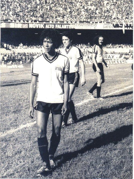 Três autores de canções sobre futebol no gramado do Maracanã