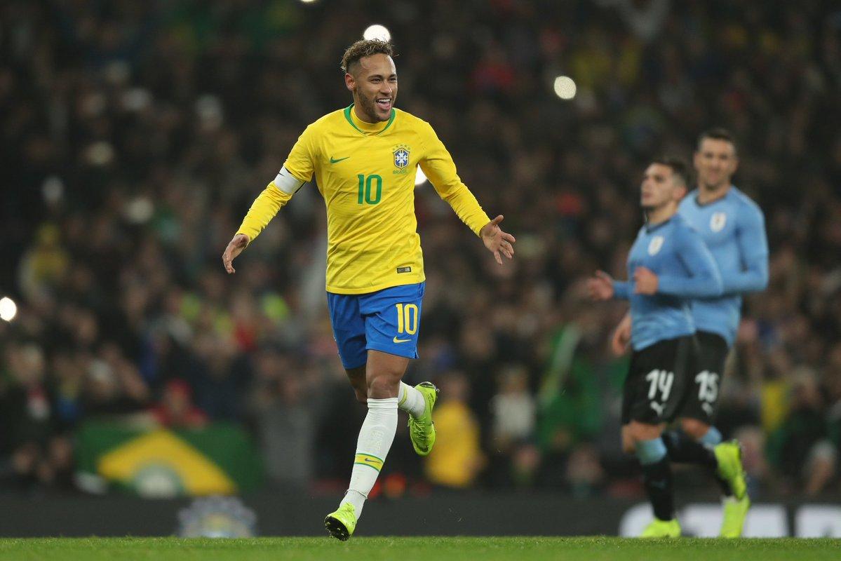 Neymar celebrou marca de 10 anos da estria no Brasil.