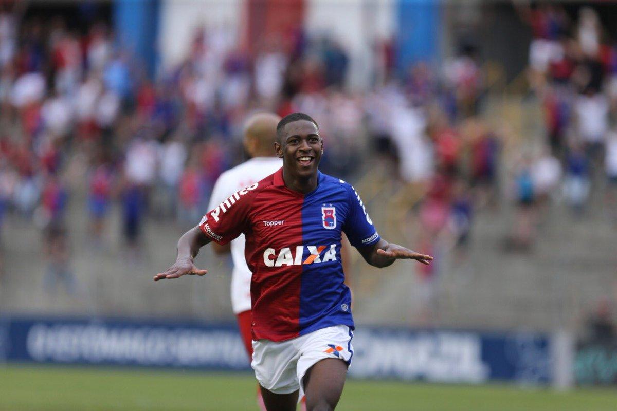 Vasco deseja contar com Jhonny Lucas para a próxima temporada e uma oferta pelo jovem volante foi formalizada.