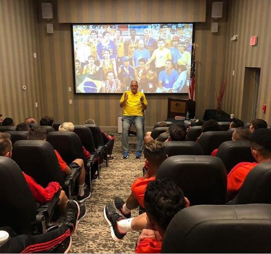 O elenco do Flamengo celebrou palestra concedida pelo ídolo do basquete Oscar Schmidt.