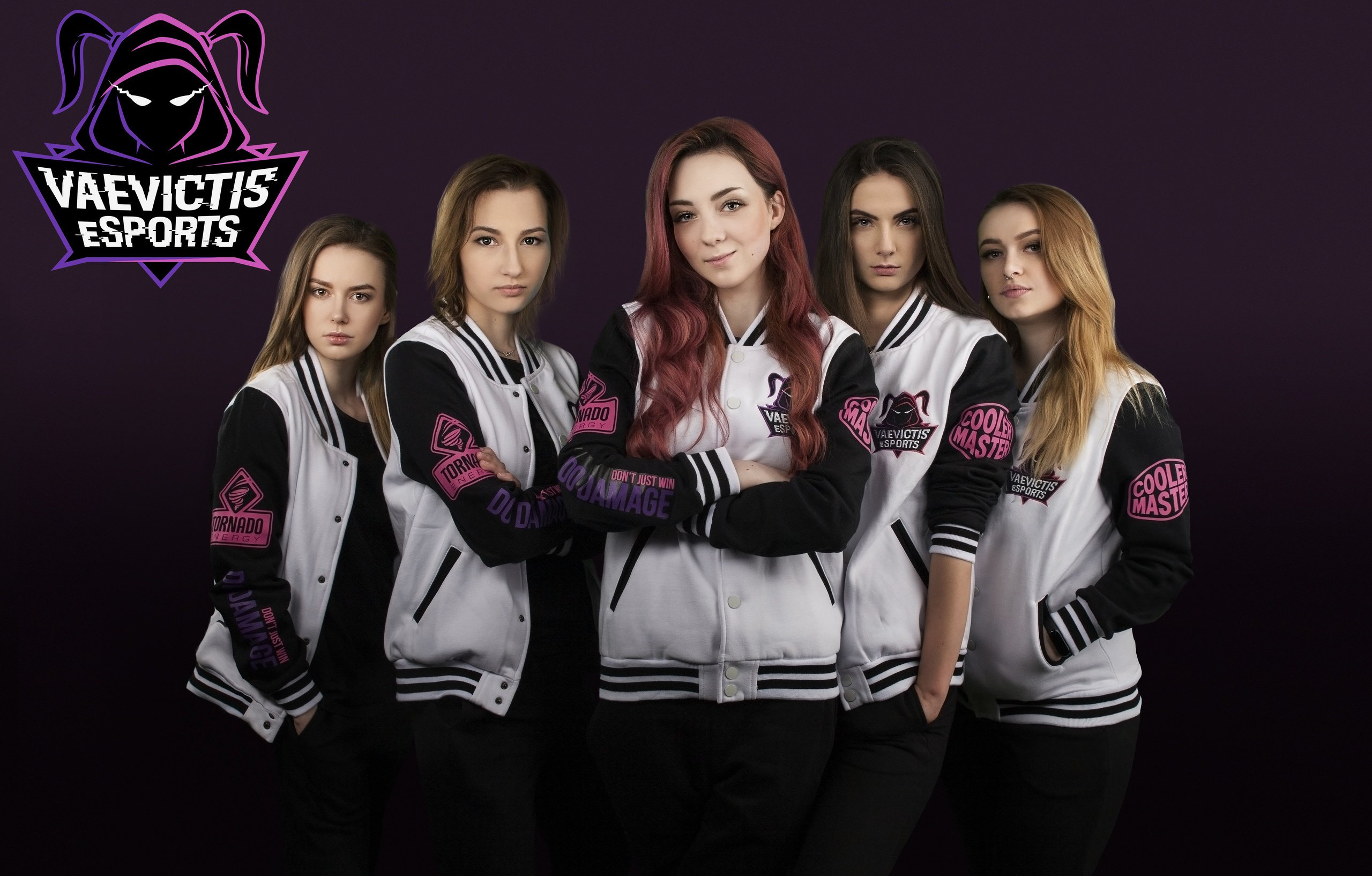 Equipe feminina de League of Legends posa para foto