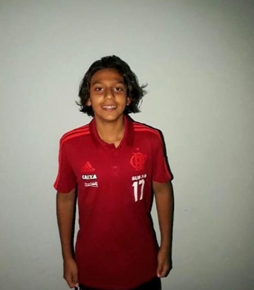 O pai do jovem Caíke, que sobreviveu ao incêndio no CT do Flamengo, relatou detalhes da fuga do filho.