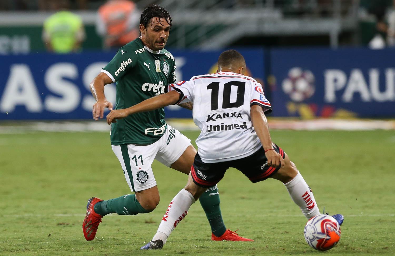 O jogador Ricardo Goulart, da SE Palmeiras, disputa bola com o jogador Morato, do Ituano FC, durante partida valida pela nona rodada, do Campeonato Paulista, Série A1, na Arena Allianz Parque.