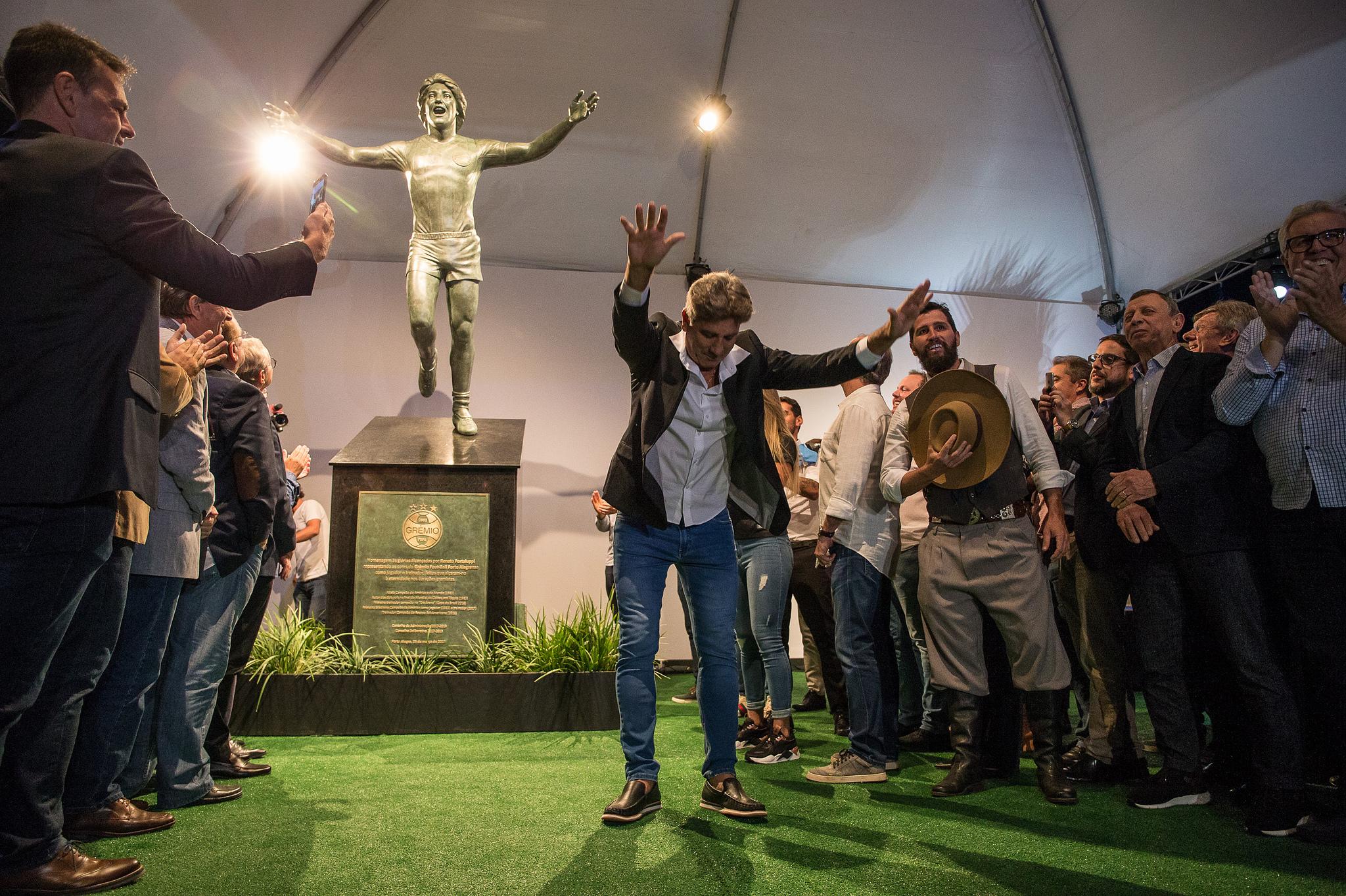 Renato em frente sua estátua, na noite de inauguração (Foto :Reprodução/Lucas Uebel/Grêmio)