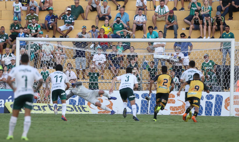 Fernando Prass comemorou seu 14º pênalti defendido pelo Palmeiras, o último diante do Novorizontino.