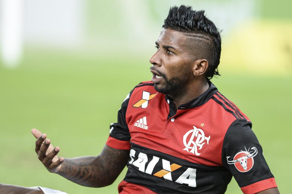 Flamengo acata pedido do Internacional e prorroga empréstimo de Rodinei ao time colorado