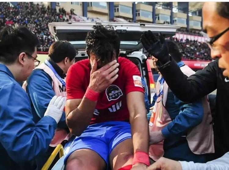 Internautas prestaram solidariedade a Henrique Dourado após o Ceifador fraturar a tíbia em estreia na China.