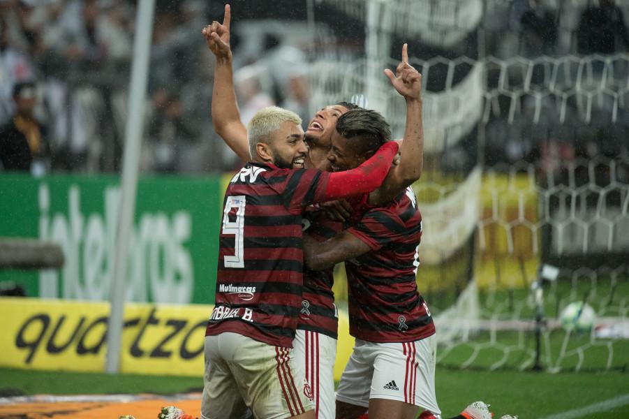 Torcedores do Flamengo comemoraram o retorno da temporada após o fim da pausa para Copa América.
