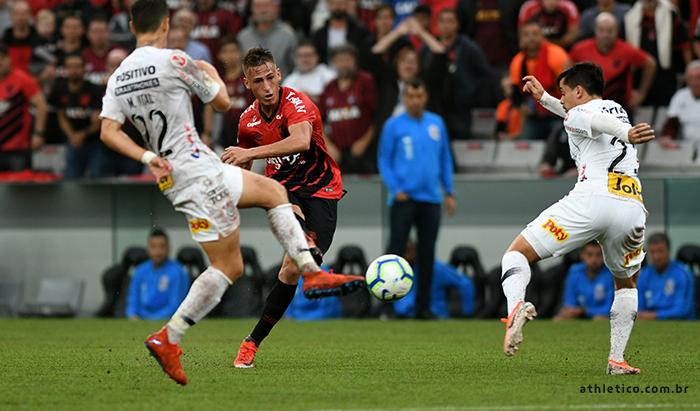 Vitória do Corinthians derrubou sequência de invencibilidade de 12 jogos do Athletico Paranaense na Arena da Baixada