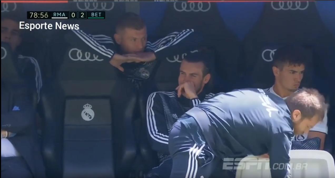 Gareth Bale foi flagrado rindo no banco de reservas enquando o clube merengue perdia para o Bétis por 2 a 0.