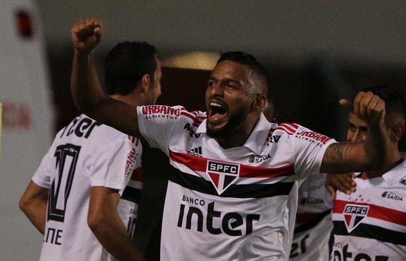 Reinaldo, lateral esquerdo do São Paulo contra o Palmeiras