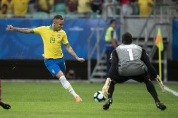Everton cruza em gol anulado para o Brasil