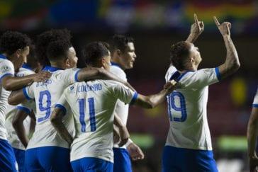Jogadores do Brasil comemoram terceiro gol