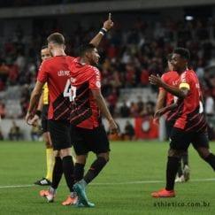 Rony comemora gol no Brasileirão