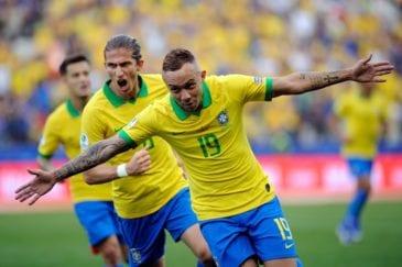 Éverton comemora gol na Copa América pela seleção brasileira