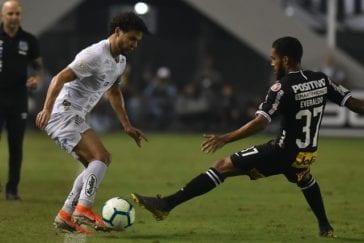 Victor Ferraz e Everaldo em Santos x Corinthians