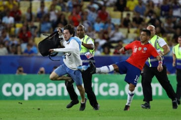 Torcedor leva rasteira de jogador do Chile na Copa América