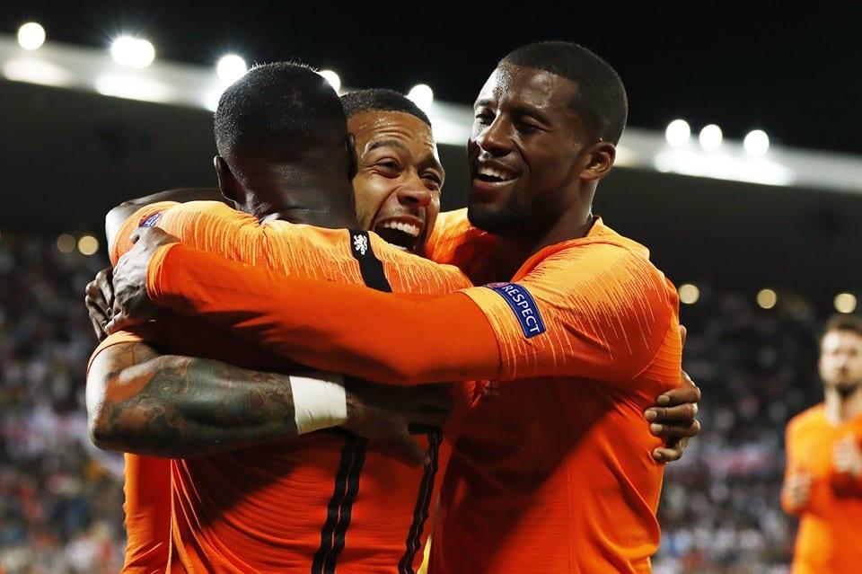 Depay comemora gol com seus companheiros