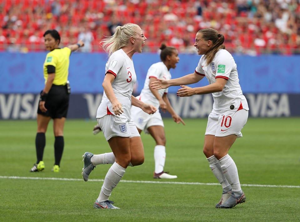 Inglaterra comemora gol contra Camarões