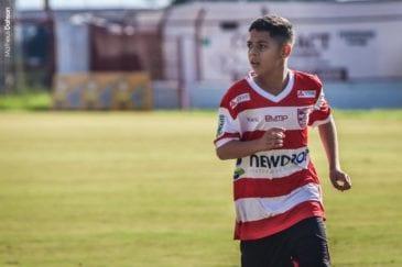 Lucas Dantas, meia do Linense, em ação pelo Paulistão sub-15