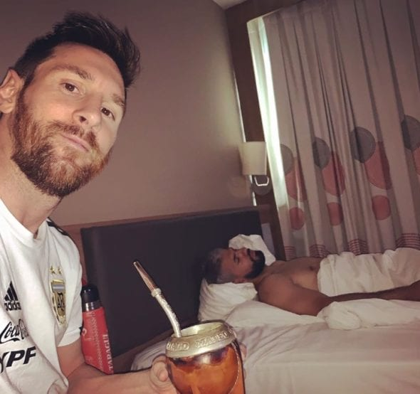 Messi ''flagrou'' Aguero dormindo na concentração da Argentina e atacante do Manchester City coloca culpa no despertador.