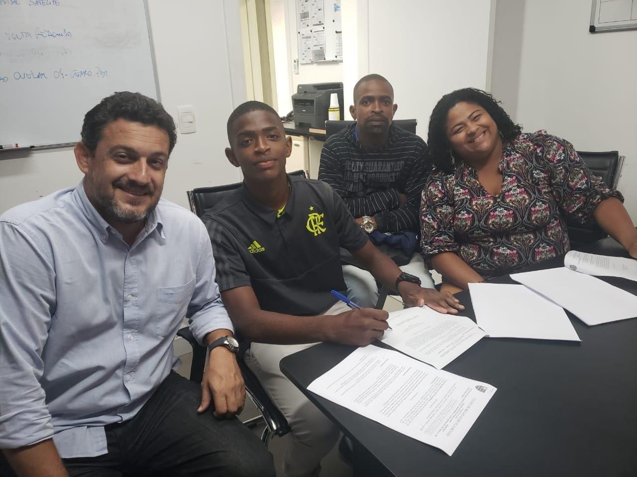 Meia assinou com o Flamengo nesta segunda