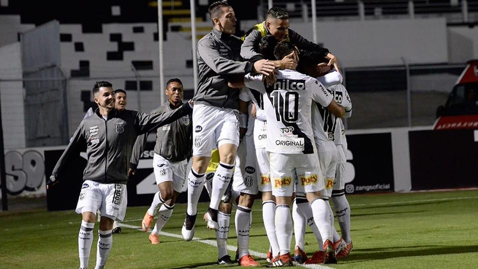 Time da Ponte Preta comemorando gol