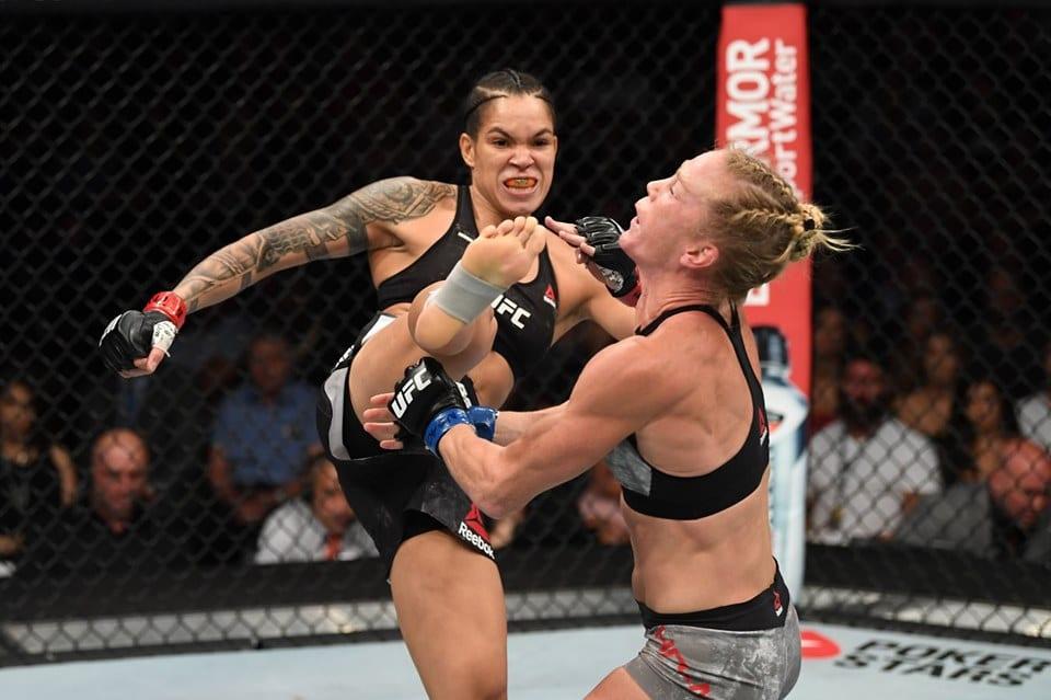 Amanda Nunes acerta golpe no UFC 239