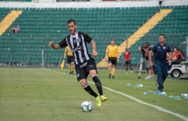 Meia Fellipe Mateus, do Figueirense, em partida pela Série B do Brasileirão de 2019.