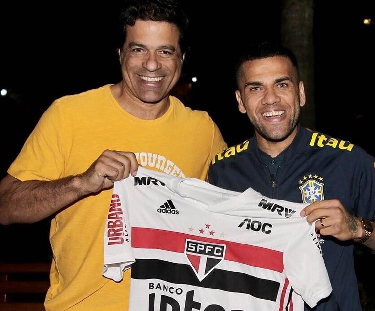 Daniel Alves com a camisa do São Paulo, ao lado do Raí