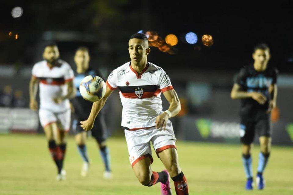 Atlético-GO em confronto com Londrina