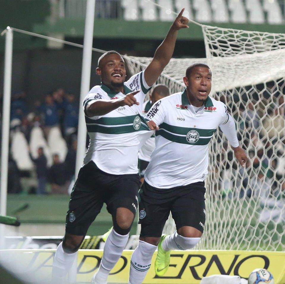 Sabino e Rodrigão comemoram gol do Coritiba
