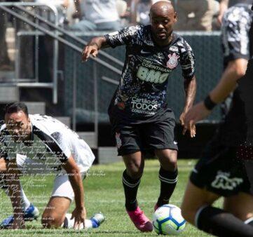 Vágner Love chuta para o Corinthians