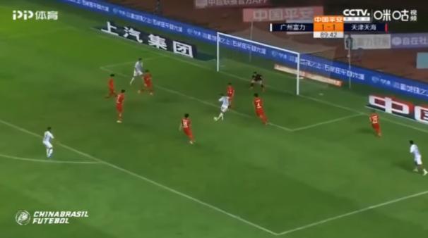 Eran Zahavi marcou um golaço em jogo do Campeonato Chinês.