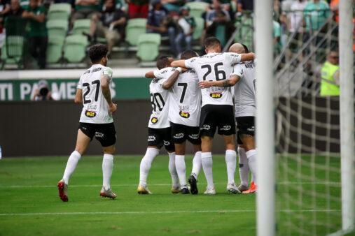 Galo comemora gol