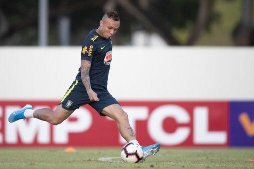 Everton ganhou a posição de Coutinho em treino comando por Tite, em Singapura.