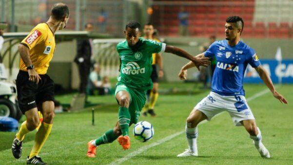 Chapecoense e Cruzeiro medem forças neste domingo (13).