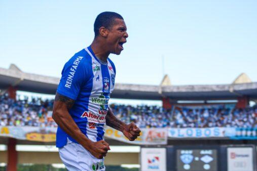 Hygor Silva celebra gol marcado na Série C