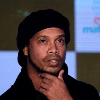 Ronaldinho segue detido no Paraguai.