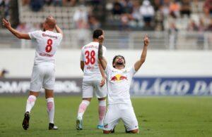 Equipe comemorando Gol do Bragantino