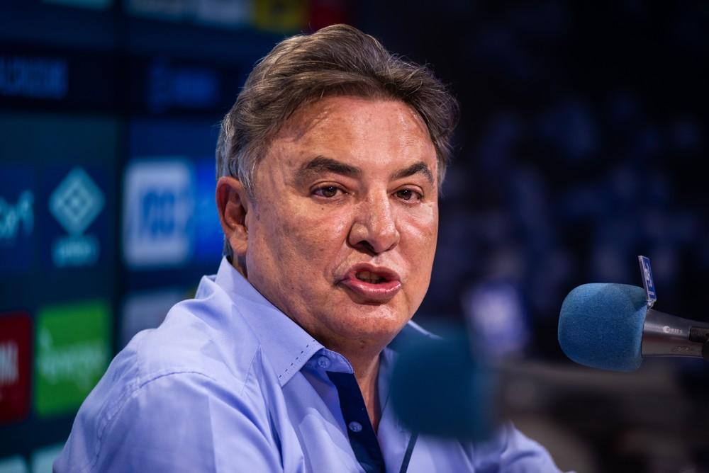Perrella se reúne com elenco do Cruzeiro, pede concentração contra o Avaí e trata dos salários atrasados - Torcedores.com