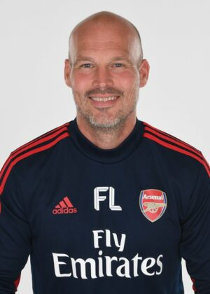Lenda no clube, o ex-ponta pode apresentar ideias que ajudem o Arsenal a sair dessa posição
