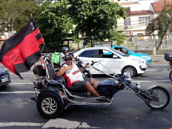 Torcedor do Flamengo esbanja a moto personalizada com as cores do clube