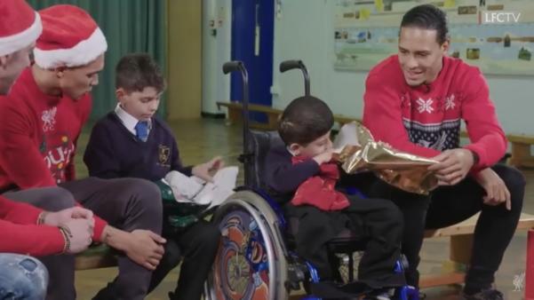 Van Djik, Alexander-Arnold e Adrián surpreendem e dão presentes de Natal a crianças de escola
